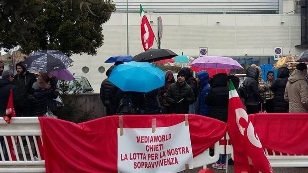 Mediaworld: trecento lavoratori scioperano davanti alla ...